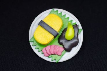 Sushiteller Brosche Miniblings Japan Sushiplatte Sushi Wasabi Maki Teller weiß – Bild 1