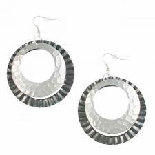 gemusterte Ohrringe in Grau und Silber