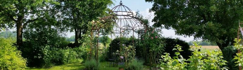 Romantischer Garten mit Pavillon aus Metall
