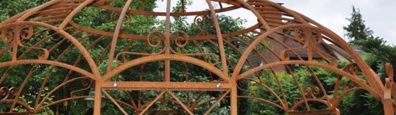 Ausschnitt eines Gartenpavillons aus Metall