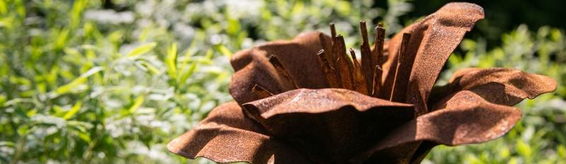 Dekorativer Gartenstecker in Form einer Blüte