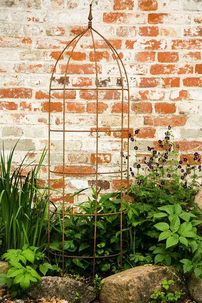 Das Rankgitter in Edelrost ist sehr solide gearbeitet und wird einfach vor die jeweilige Pflanze gesteckt.