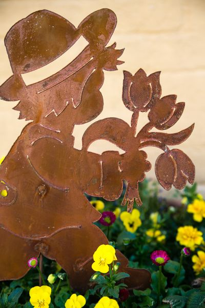 Gartenstecker Junge mit Blume, Rost