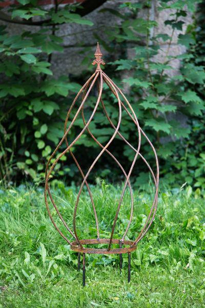 Gedrehte Rankhilfe, Metall mit Rostpatina, Höhe: ca. 105cm, Breite: 42cm, mit dekorativer Spitze