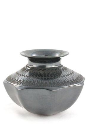 Schwarze Keramikvase im präkolumbianischen Stil mit runder abstehender Öffnung