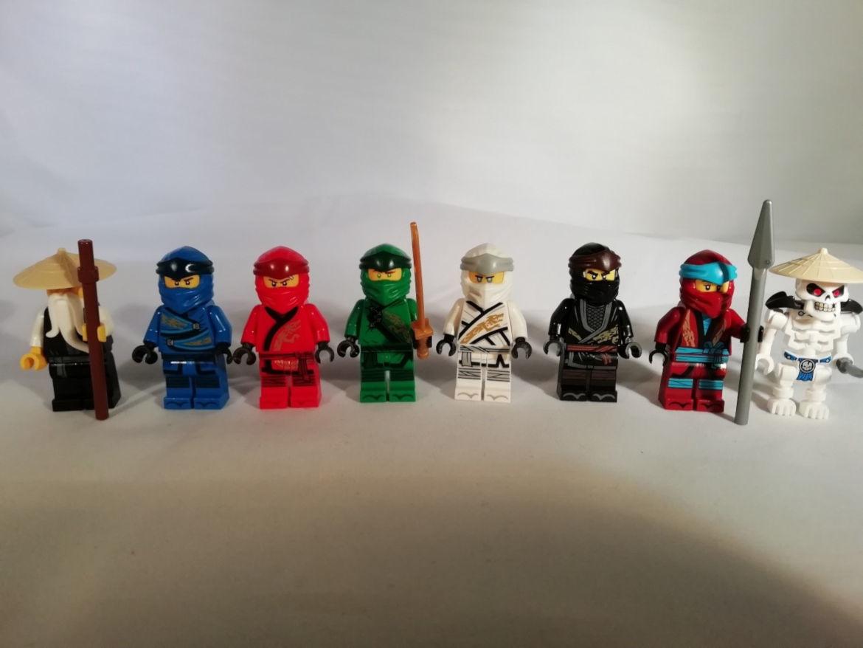 Alle Figuren mit Kopfbedeckung