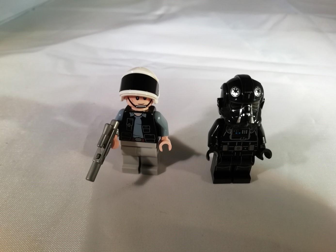 Beide Figuren mit Kopfbedeckung
