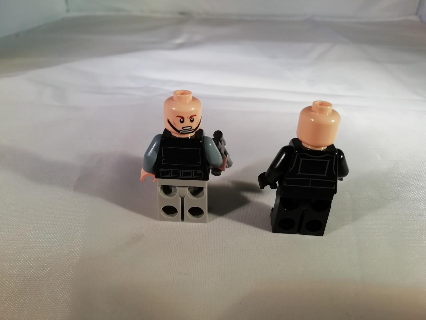 Beide Figuren ohne Kopfbedeckung