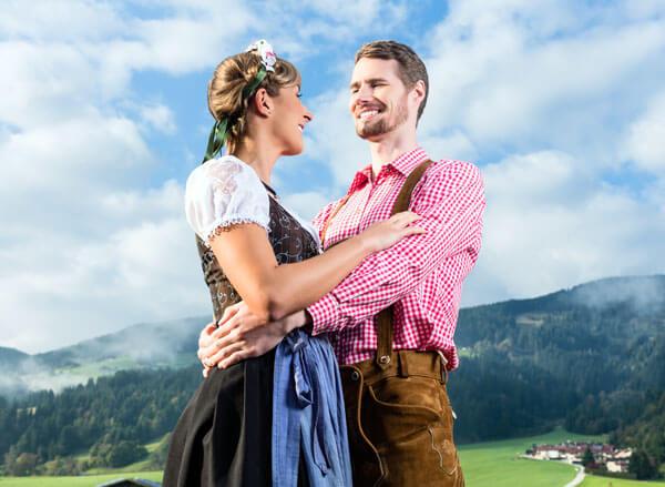 Dirndl und Lederhose - Trachten mit Stil & Design getragen von Mann und Frau