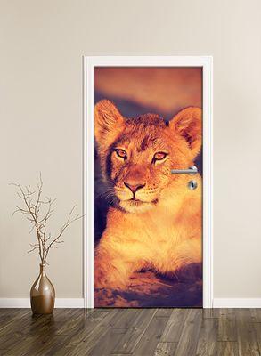 Türtapete selbstklebend Afrikanisches Löwenbaby Vintage 90 x 200 cm  Tier Afrika Raubkatze Raubtier Tierbild Savanne Baby Löwe  – Bild 2