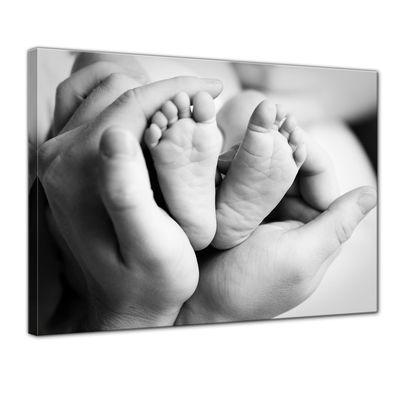 Leinwandbild - Babyfüße in Händen