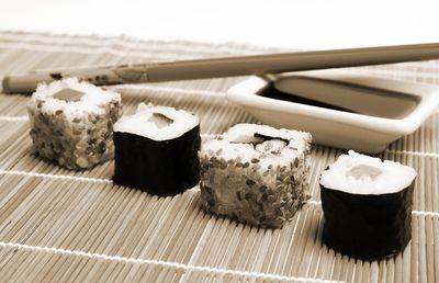 Fototapete - Sushi mit Stäbchen und Sojasoße – Bild 4