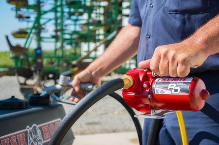 RD812BN tragbare 12V Pumpe zum Umfüllen von Benzin, Alkylatbenzin und Diesel. Förderleistung max. 30 l/min, Motor mit ATEX Zulassung, Lieferumfang: 12V Pumpe, Tragegriff, 3m Stromkabel mit Erdungsanschluss – Bild 3