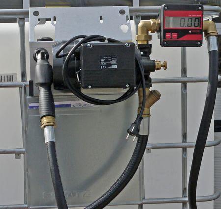 Pumpenset zum Umfüllen von Hydraulikölen aus Gitterbox IBCs. 230V Pumpe Viscomat 70, 4m Zapfschlauch, Montagekonsole zu Einhängen an die Gitterbox, Saugschlauch zur Bodenentnahme, manuelles Zapfventil, mit Digitalzählwerk – Bild 2