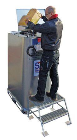 2-stufige verzinkte Trittstufe zum sicheren Befüllen von Altölsammlern. – Bild 2