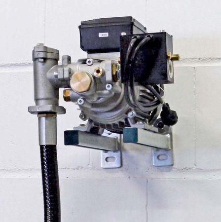 """Elektrische Ölpumpe für die Wandmontage Viscomat 200/2 mit Druckschalter, 230V max. 9 l/min, Wandkonsole, Inline Filter mit Sieb, 3m Saugschlauch mit Fassadapter, Reduziernippel 1"""" x1/2"""" AG, ohne Befestigungsmaterial – Bild 1"""