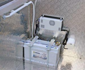 Aufpreis für Kubicus-Mobil: Externe Versorgungsbatterie 12V 110Ah mit 220V Ladegerät, Außensteckdose inkl. Einbau im Werk, bei Kauf eines Behälters 001