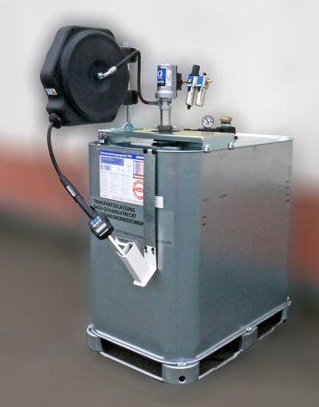 Vorrats- und Lagertank VET1000 mit GRACO LD 3:1 Druckluftpumpe, Luftwartungseinheit, GRACO LD Schlauchaufroller mit 11m Schlauch, Handdurchlaufzähler LDM5, flexibler Auslauf mit Anti-Tropfventil