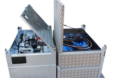 Feuerverzinktes Transportgestell, allseitig unterfahrbar, passen für KUBICUS 500 - 700 + 1000, zusätzlich kann eine Alu-Box für Werkzeuge mit integriertem AdBlue Tank montiert werden. Abmessung: 600x1200mm, ca. 210 kg – Bild 2