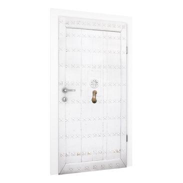 Produktfoto Vliestapete Tür Premium - Mediterrane weiße Holztür mit verzierten Beschlägen - Türtapete