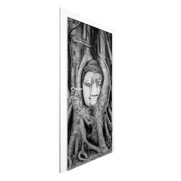 Produktfoto Türtapete Buddha - Buddha in Ayutthaya von Baumwurzeln gesäumt in Schwarzweiß - Premium Vliestapete für die Tür