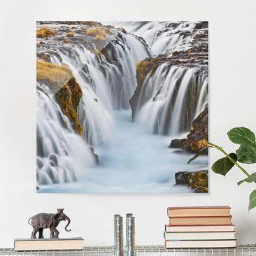 Produktfoto Glasbild Wasserfall - Brúarfoss Wasserfall in Island - Wasserfallbild Quadrat 1:1