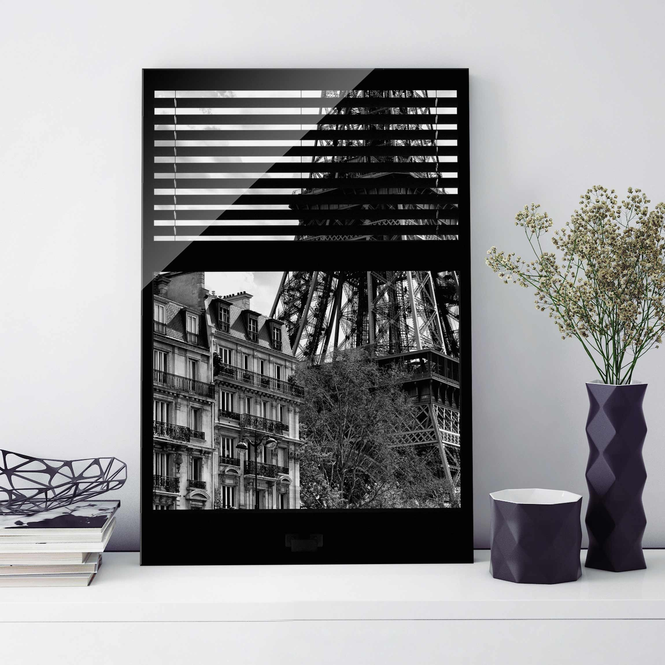 glasbild fensterausblick paris nahe am eiffelturm schwarz weiss hoch 3 2. Black Bedroom Furniture Sets. Home Design Ideas
