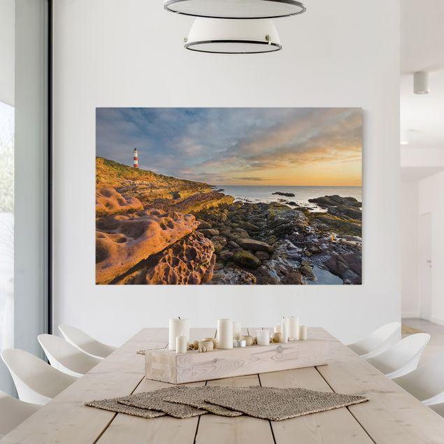 Produktfoto Leinwandbild - Tarbat Ness Leuchtturm und Sonnenuntergang am Meer - Quer 2:3, in Wohnambiente, Artikelnummer 205872-WA