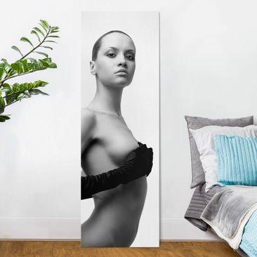 Produktfoto Leinwandbild Schwarz-Weiß - Naked Elegance - Panoramabild Hoch, vergrößerte Ansicht in Wohnambiente, Artikelnummer 208372-XWA