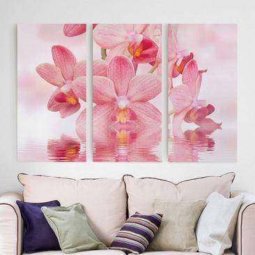 Produktfoto Leinwandbild 3-teilig - Rosa Orchideen auf Wasser - Hoch 2:1, vergrößerte Ansicht in Wohnambiente, Artikelnummer 213157-XWA