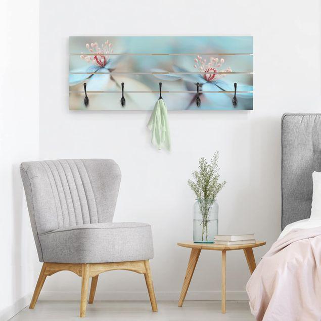Produktfoto Wandgarderobe Holz - Blüten in Hellblau - Haken schwarz - Quer