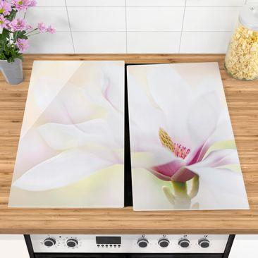 Produktfoto Herdabdeckplatte Glas - Zarte Magnolienblüte - 52x60cm, vergrößerte Ansicht in Wohnambiente, Artikelnummer 227858-XWA