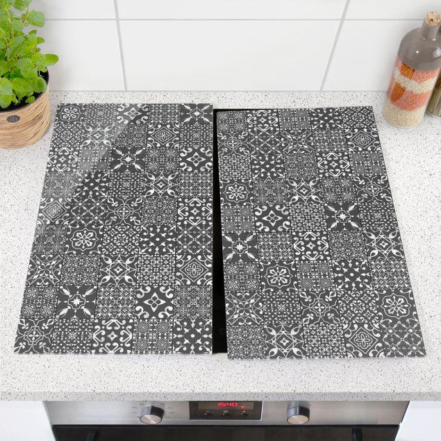 Produktfoto Herdabdeckplatte Glas - Musterfliesen Dunkelgrau Weiß - 52x60cm, vergrößerte Ansicht in Wohnambiente, Artikelnummer 227871-XWA