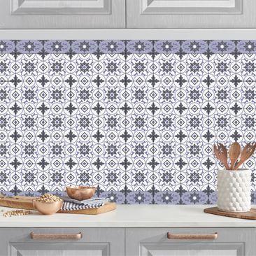 Produktfoto Küchenrückwand - Geometrischer Fliesenmix Blume Violett vergrößerte Ansicht in Wohnambiente Artikelnummer232347-XWA