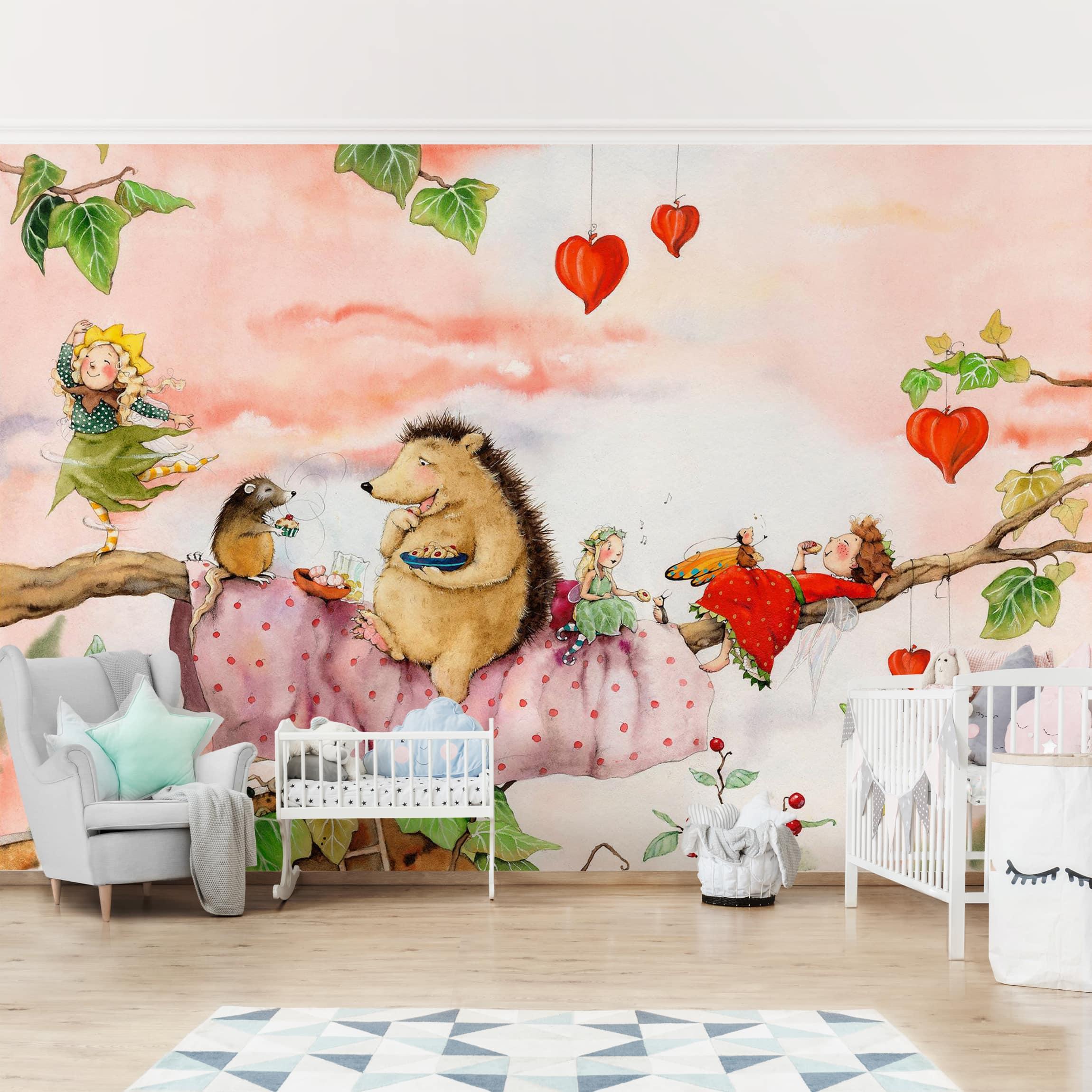 Selbstklebende Tapete Kinderzimmer - Erdbeerinchen Erdbeerfee - Auf dem Ast  - Fototapete Querformat