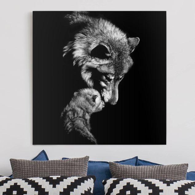 Produktfoto Leinwandbild - Wolf vor Schwarz - Quadrat 1-1 vergrößerte Ansicht in Wohnambiente Artikelnummer 233323-XWA