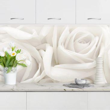 Produktfoto Küchenrückwand - Weiße Rosen vergrößerte Ansicht in Wohnambiente Artikelnummer 235945-XWA