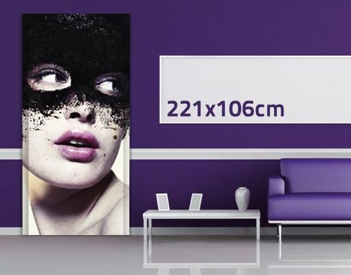 Produktfoto TürTapete Das Mädchen mit der schwarzen Maske