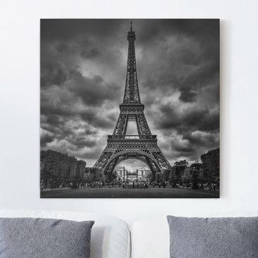 Produktfoto Leinwandbild - Eiffelturm vor Wolken schwarz-weiß - Quadrat 1-1 vergrößerte Ansicht in Wohnambiente Artikelnummer 245686-XWA
