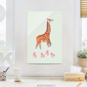 Produktfoto Glasbild - Jonas Loose - Giraffe mit Rollschuhen - Hochformat 3:2