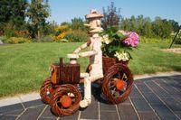 Pflanzkasten, Blumenkasten, Blumenkübel Traktor oder Dreirad mit Männchen aus Korbgeflecht, für den Garten 004