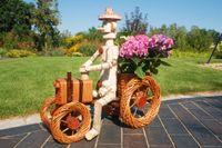 Pflanzkasten, Blumenkasten, Blumenkübel Traktor oder Dreirad mit Männchen aus Korbgeflecht, für den Garten 003