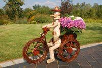 Pflanzkasten, Blumenkasten, Blumenkübel Traktor oder Dreirad mit Männchen aus Korbgeflecht, für den Garten 005