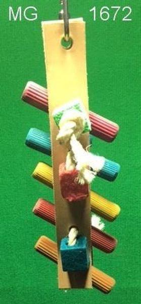 Knabberspiel aus 2 Lederstreifen mit Holzstäben und Holzklötzen für kleine Papageien ca. 20 cm lang + ca. 8 cm breit