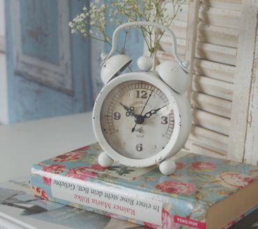 Wecker im Shabby Chic in weiß - Zauberhafte vintage Landhausstil Tischuhr – Bild 3