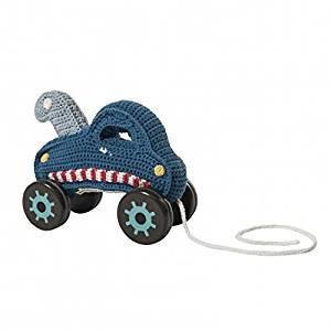 Häkel-Abschleppwagen auf hölzernen Rädern, blau