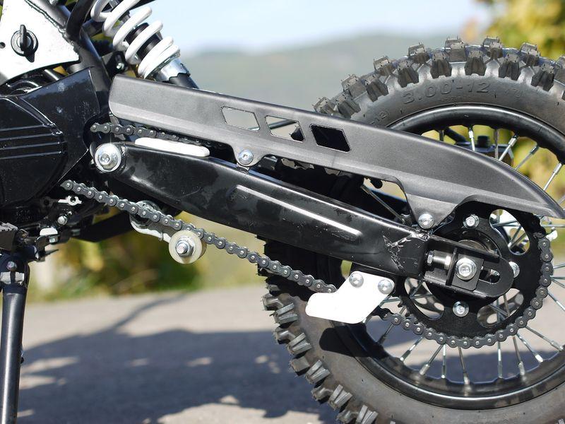 Cross Bike 125ccm Schlüssel und durchgehender Kettenschutz