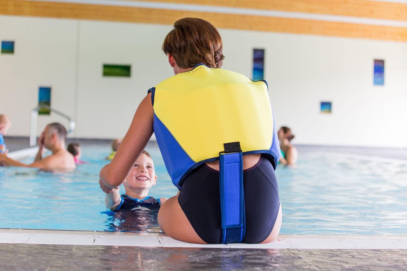 Konfidence Schwimmweste, Schwimmhilfe für Erwachsene mit umfangreichem Schwimmratgeber – Bild 5