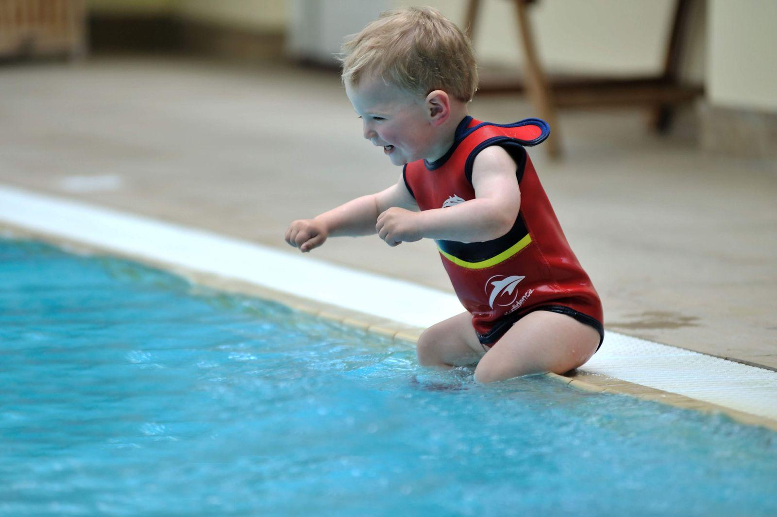 Lampiphant® + Konfidence Babywarma, Schwimm-Anzug mit Plitsch-Platsch-Fibel – Bild 20