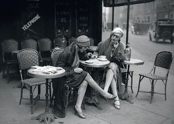 Postkarte A6 +++ SCHWARZ-WEISS +++ YOUNG WOMEN OUTSIDE OF A CAFÉ/PARIS 1925
